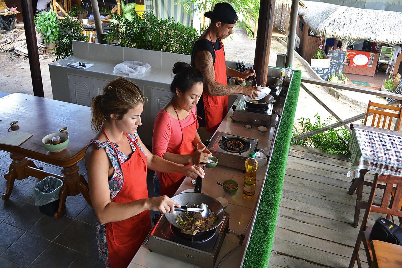 Thai Kochkurs Samui essenszubereitung am Wok